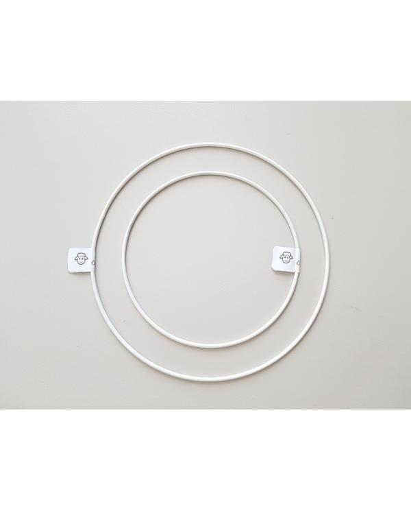 Wit gelakte metalen cirkel met een diameter van 20 cm