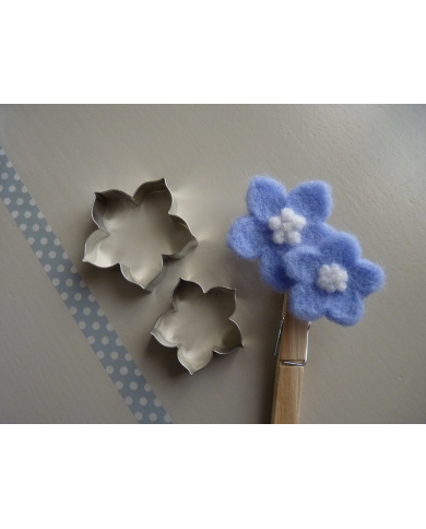 Kleine bloemkoekjes uitsteker
